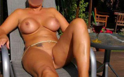 Cougar chaude attends son puma au soleil